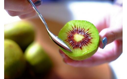 追熟を経ると、華やかな甘みの果肉が味わえます。