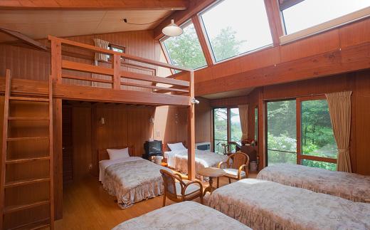 満天の星が見える天窓やロフトがついています。多人数でも1部屋でOKの広々スペース。