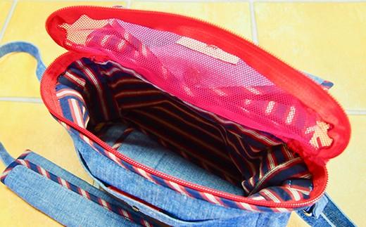 バッグのフタは二重構造になっていて、荷物の飛び出しを防いでくれます