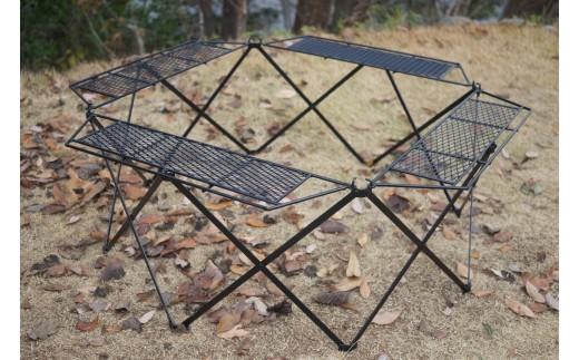 焚火まわりに使用できる囲炉裏型テーブルです。天板・フレームには耐熱塗装を施しております。