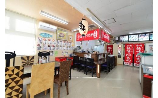 店内はお土産屋さんにお食事処も併設。