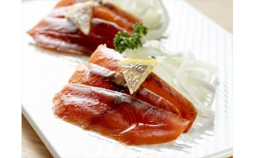 【盛付け例】サケ冷燻製とオニオンスライスのマリネ