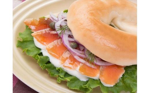 【盛付け例】サケ冷燻製のサンドウィッチ