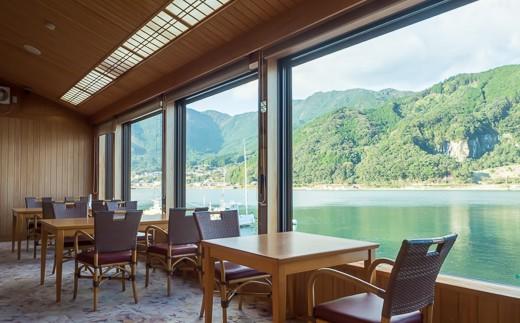 食事席からは、目の前に広がる賀田湾を一望