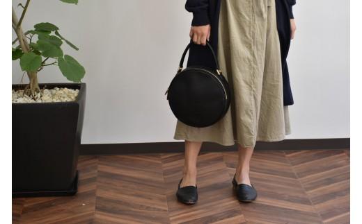 少し癖のあるシルエットと特別感があり、PAGOT一番人気のバッグです。