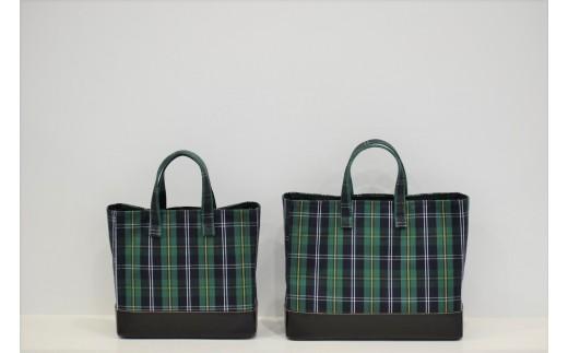 写真左が【PAGOTタータン マガジントート】です。右は別の返礼品です。