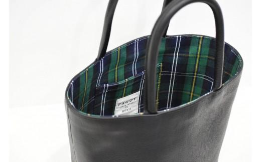 荷物が多い時でも安心な大容量バッグ。金具がなくシンプルなデザインなのでどんなファッションにもなじみます。