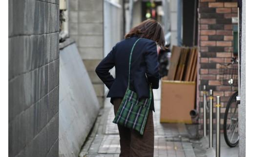縦長のシルエットでスタイリッシュに仕上げました。播州織のみで作っている為レザーバッグと違い、雨の日でも気軽に使っていただけます。