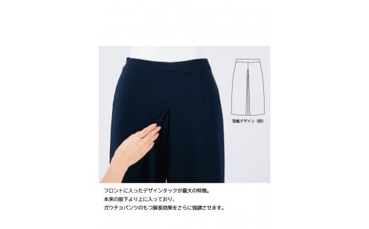 本来の股下よりも上に入ったデザインタックが脚長効果を強調します