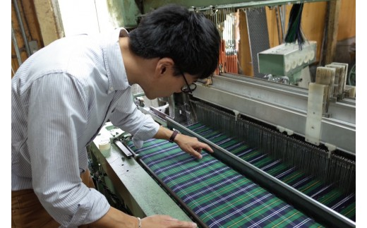 タータンチェックの生地はPAGOTオリジナルのもので、地元の職人さんに織ってもらっています。