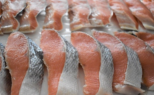 前浜の定置網で獲れた新鮮な天然秋鮭を甘塩に仕立てました。