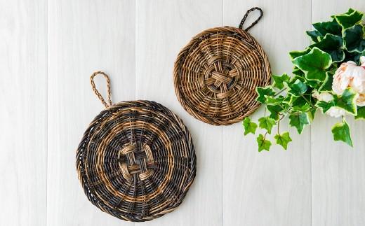 アケビ蔓の取れる時期によって 色に濃淡があるのも、天然素材と手作り品ならではの魅力