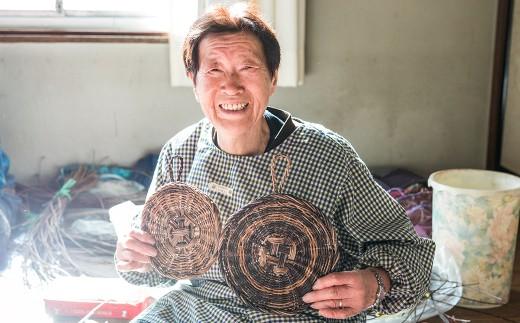 1つ1つお母さん達が手作りしている アケビ蔓の鍋敷き