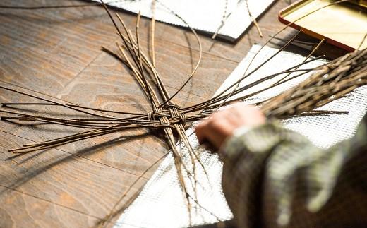 アケビの蔓を山に分け入り採取するところからはじまり、全てが手間のかかる手作業で作られています