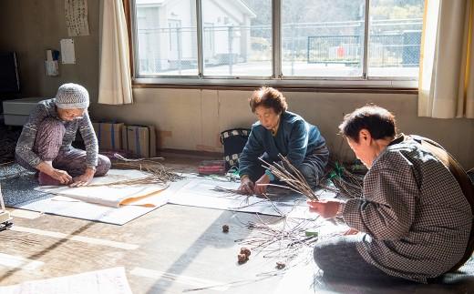 若畑老人クラブの皆さんが集まり、丁寧に創作される 鍋敷き