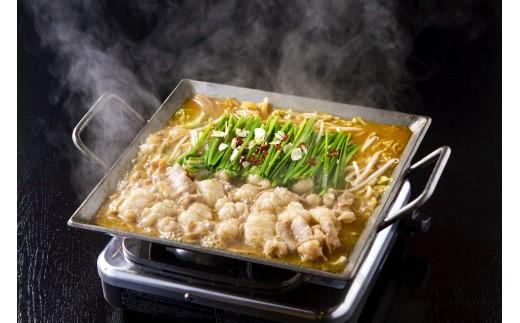 タレと野菜の水分だけで焼煮するホルモン鍋。ご家庭ではフライパンやホットプレートで再現できます。