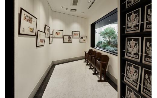 ホワイエには、大林宣彦監督『花筐/HANAGATAMI』の美術スケッチが飾られ、昭和レトロな雰囲気が漂っています。