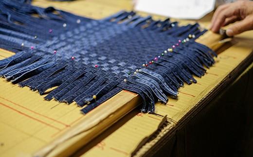職人が手作業で格子状に編み上げます