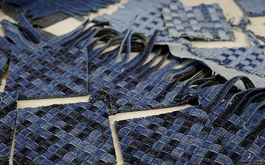 編み上げたものを裁断して雑貨に加工します
