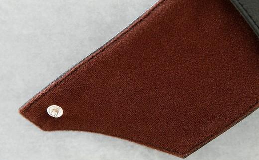 柔らかくふんわりした素材の生地の中に、4mmのウレタンを一緒に縫いこんでいます。