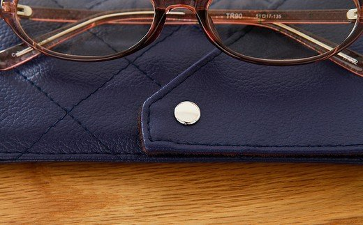 カラーを引き立たせるスナップボタンはメガネに当たらない位置についています。