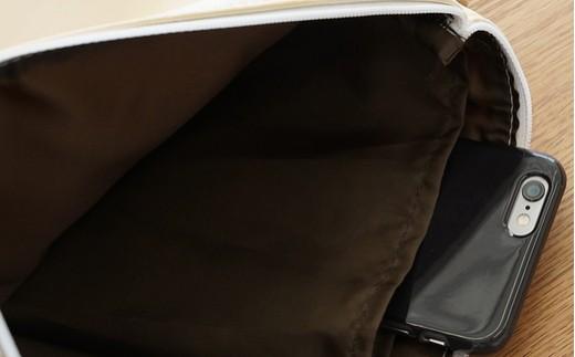 内側のホルダーにスマホを入れても便利です。