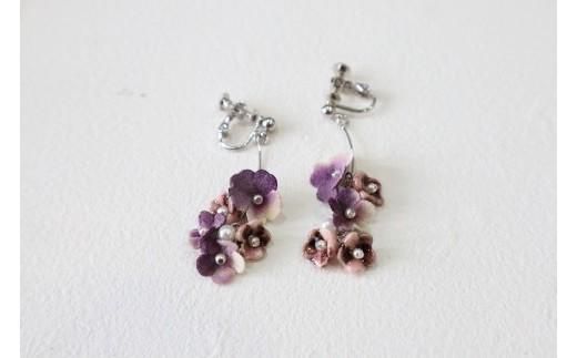 小花5個タイプ 紫 イヤリング (イヤリングかピアスをお選びいただけます)