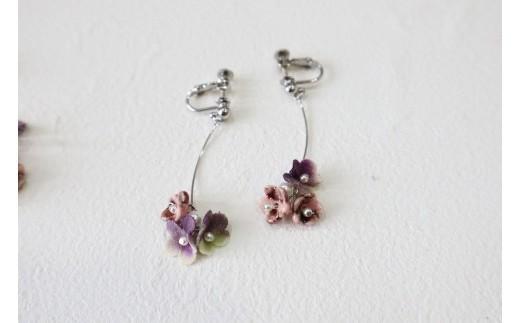 小花3個タイプ 紫 イヤリング (イヤリングかピアスをお選びいただけます)