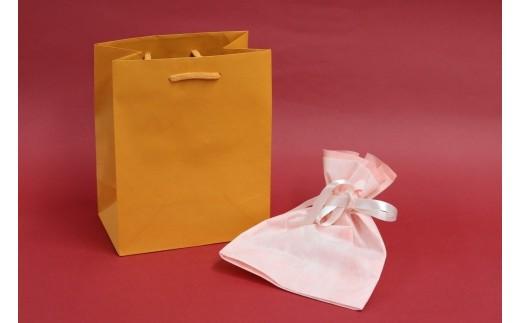 布の袋に入れたサンダルを紙袋に入れてお届けします。