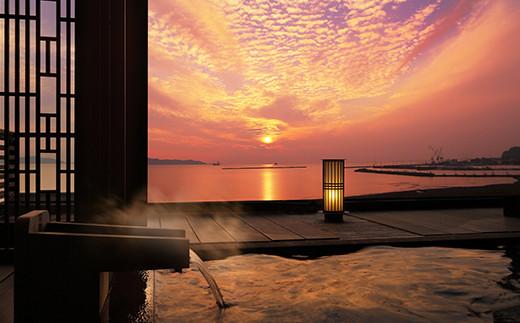 露天風呂から、日本夕日百景のひとつ「鏡ヶ浦」を眺望。