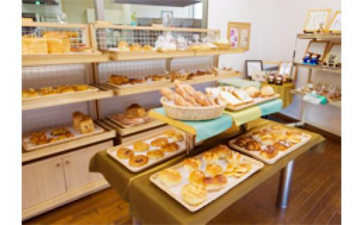 店内は明るく、種類豊富なパン、跡絶えないお客さんの三拍子が揃っています。
