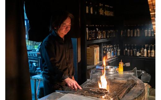 鶏油(チーユ)をかけながら、炎と煙を立たせ、釜戸の熱で旨味を閉じ込めていきます。
