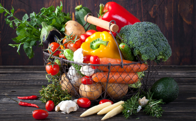 [№5656-1030]旬の野菜と【巨峰】のふるさとパック【エコ・ファーム楽々園】