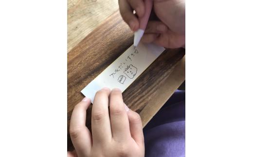 メッセージ用チョコレートプレートの転写シートに書いてます