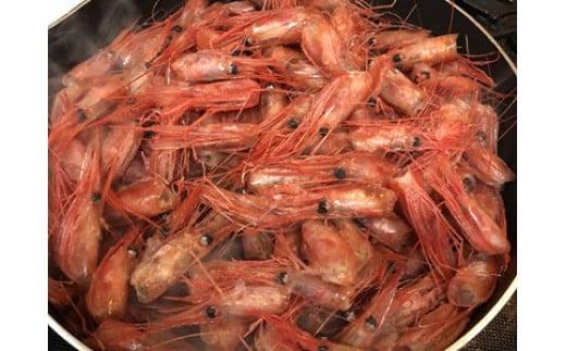 エビのペペロンチーノ:甘エビの頭をオリーブオイルで炒めてます。カリカリになるまで熱を加えてから、潰して濾してます。