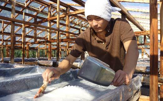 高知県黒潮町で天日塩を生産している吉田さん。天日塩ソフトにはこのお塩が贅沢に使われています。