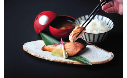 熟成キングサーモンの麹漬けの調理後のイメージ、ごはん、みそ汁などはつきません。