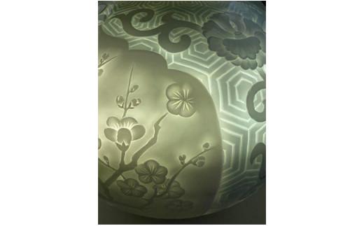 A9000-2 現代の名工 奥川俊右ェ門作 青白瓷亀甲牡丹唐草地紋花瓶(菊・牡丹・梅)