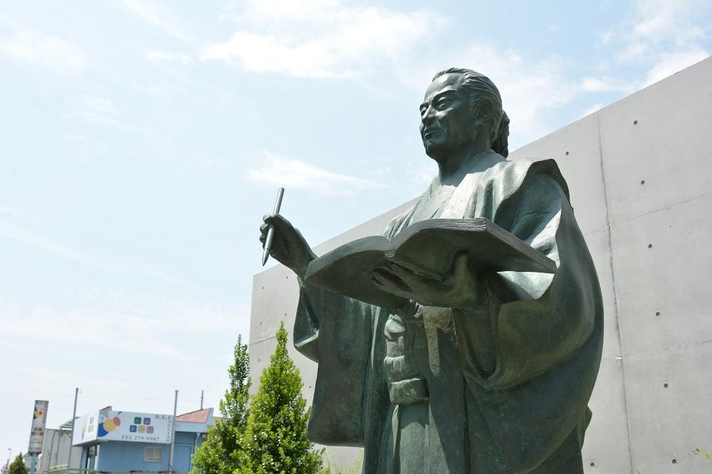 JR竜王駅南口に設置されている山県大弐像