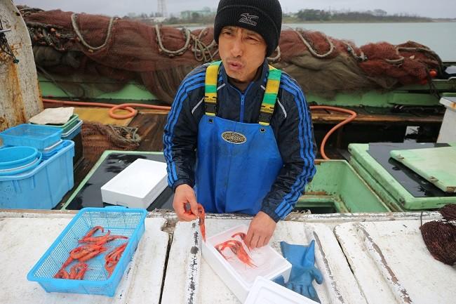 カメラに困る漁師。どういう表情やねん!