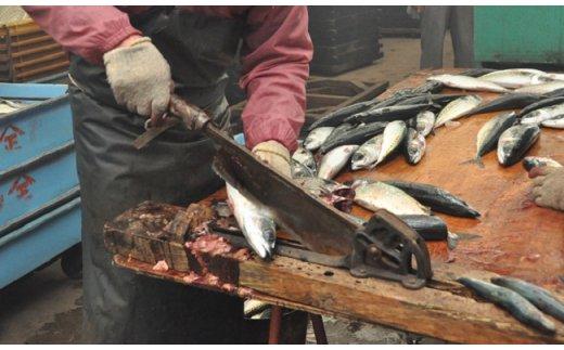 大量の魚を一気にさばいていく様は壮観!頭や尾は肥料として活用。