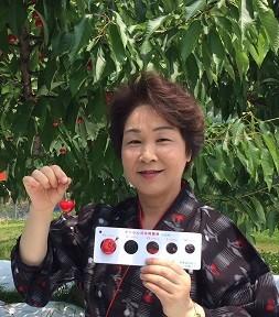 原木の前での吉村県知事