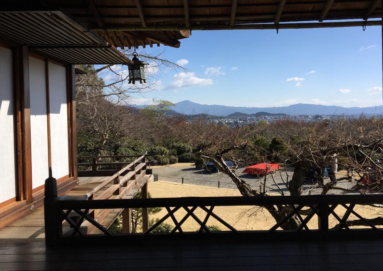 「大乗閣」からの眺望。双ヶ岡の向こうに比叡山を望みます。