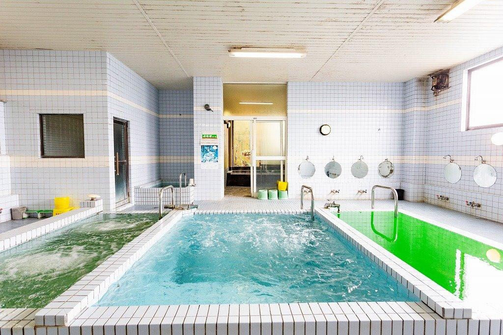 宿泊者は滞在中何度でも入浴できます。奥には岩風呂もあります!