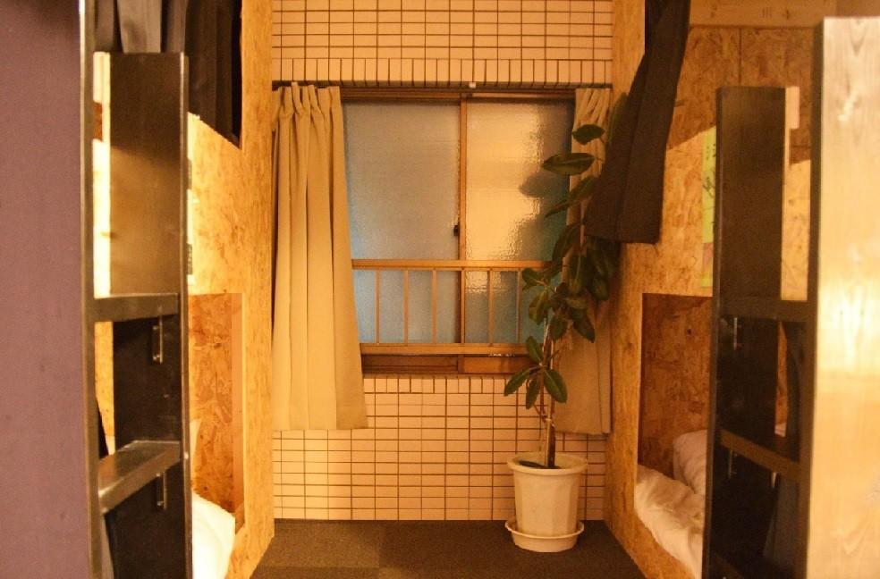 こちらはドミトリー部屋。所々にお風呂の名残が見られます。