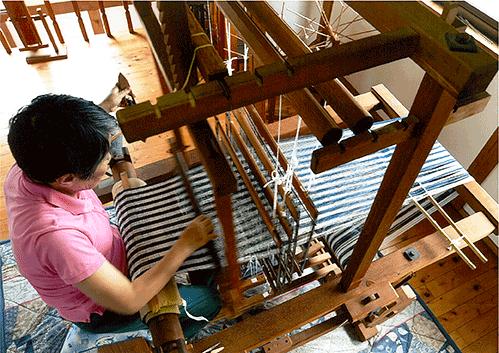 「機織りには100の道具と100の技術がいる」と話す村上ふみ子さん
