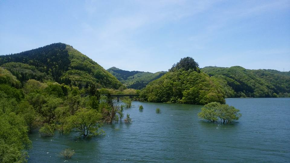 雪どけ水で満たされる錦秋湖(ゴールデンウィーク頃)