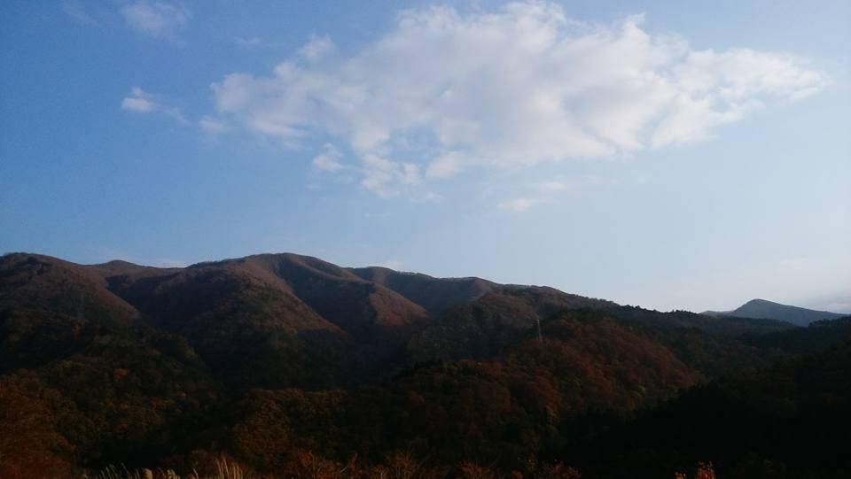 雪が降る前の11月。山肌の陰影が美しい秋