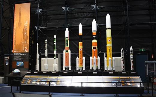 歴代ロケット模型(一番左がペンシルロケット)