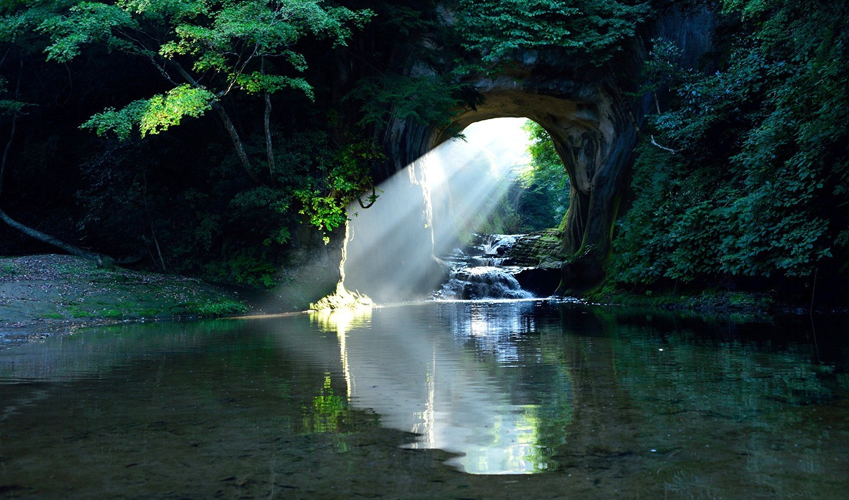 SNSで話題沸騰!「濃溝の滝・亀岩の洞窟」までは車で6分!